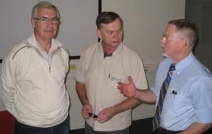 Björn Körlof, Hans Granqvist och Tomas Selling diskuterar behovet av Försvarets folkförankring. Foto: Ulf Hammarlund